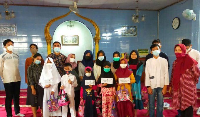 Santunan anak yatim dan kaum duafa di sekitar sekolah